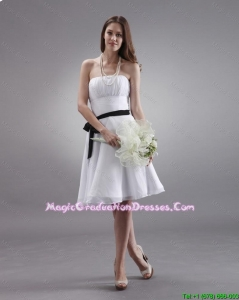 Latest White Strapless Sashes Graduation Gowns with Knee Length