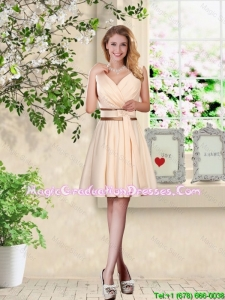 Elegant Short V Neck and Bowknot Graduation Dresses in Champagne