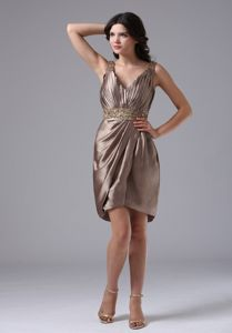 Short-Length Brown V-Neck Straps Ruched Graduation Dress with Appliques