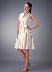 Light Yellow Knee-Length V-Neck Graduation Dress with Turndown Collar and Bow
