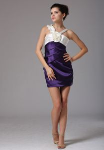 V-neck Sweet Flower Accent University Graduation Dress in Annan in Purple