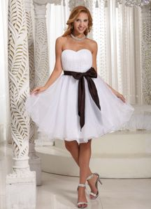 Simple White Sweetheart Knee-length Graduation Ceremony Dresses with Sash