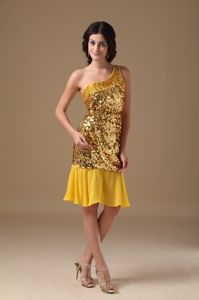 Luxurious One Shoulder Sequined Knee-length High School Graduation Dresses in Gold