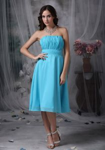 Pretty Strapless Knee-length Aqua Blue Graduation Dress for Girls with Ruching