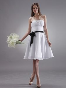 Knee-length Strapless Ruched Black Sash Chiffon Graduation Dresses